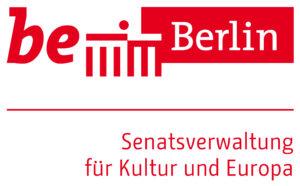 """Das Logo der Berliner Senatsverwalrung für Kultur und Europa. Oben in roten Buchstaben """"be"""" daneben das Brandenburger Tor als Striche und rechts das Wort """"Berlin"""" in weiß vor rotem Hintergrund. In der nächsten Zeile ist eine rote Trennlinie. Darunter steht rechtsbündig """"Senatsverwaltung für Kultur und Europa"""" in roten Blockbuchstaben."""